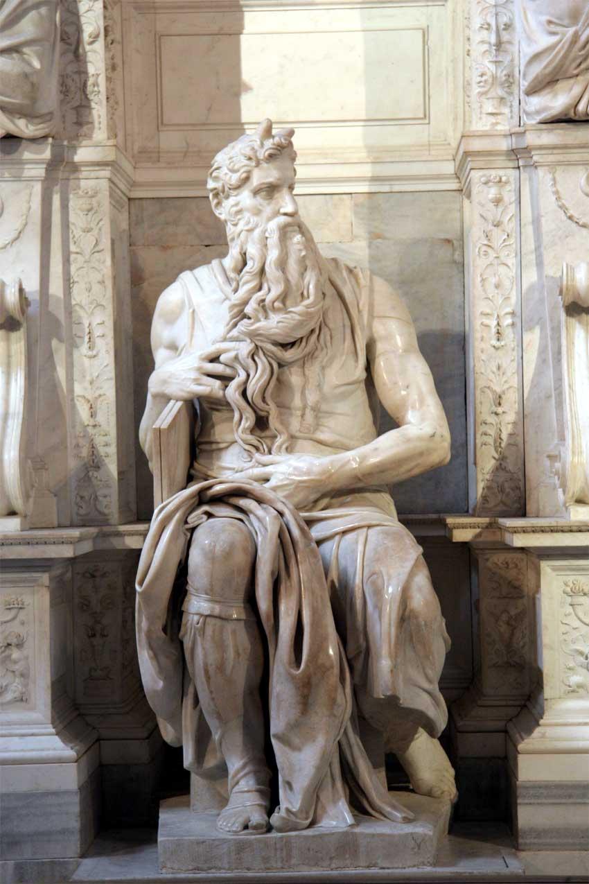 """Figura 3: Estátua de Moisés, por Michelangelo. Especula-se que ele, ao concluir sua obra e extasiado pelo realismo de seu resultado final, teria batido nela com seu martelo e exclamado: """"Parla, parla!"""". Uma grande obra prima, essa escultura encontra-se na entrada da Igreja de San Pietro in Vincoli, Roma."""